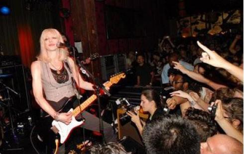 Courtney Love - Courtney Love egymillió dolláros tartozása