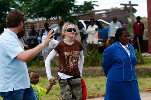 Madonna - Madonna lerakta az alapkövét egy afrikai iskolának